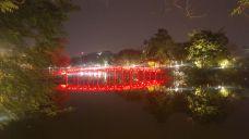 El puente del templo chino en el lago Hoan Kiem