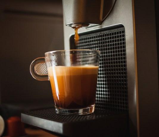 Automatický kávovar dnes patrí aj do bežných domácností