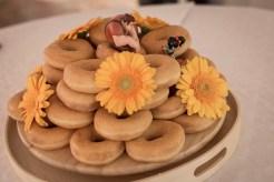 """Bröllopstårtor faller inte mej i smaken, men det gör sockermunkar så fick bli ett """"donut tower"""" med gerbera och cake toppers Röjar Ralf & Buggan då det är vi."""