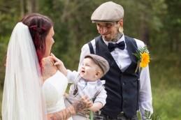 Bröllopspar med första gemensamma barnet, vackra Elias.