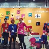 De härliga tjejerna på Lipfish i sin färgranna monter!
