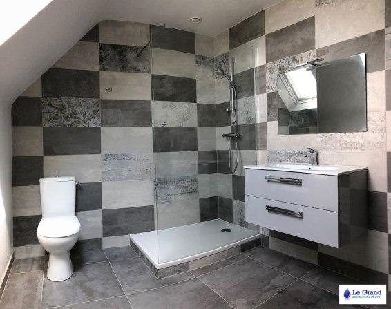 Le-grand-plombier-rennes-salle-de-bains-douche-carreaux-gris-WC (1)