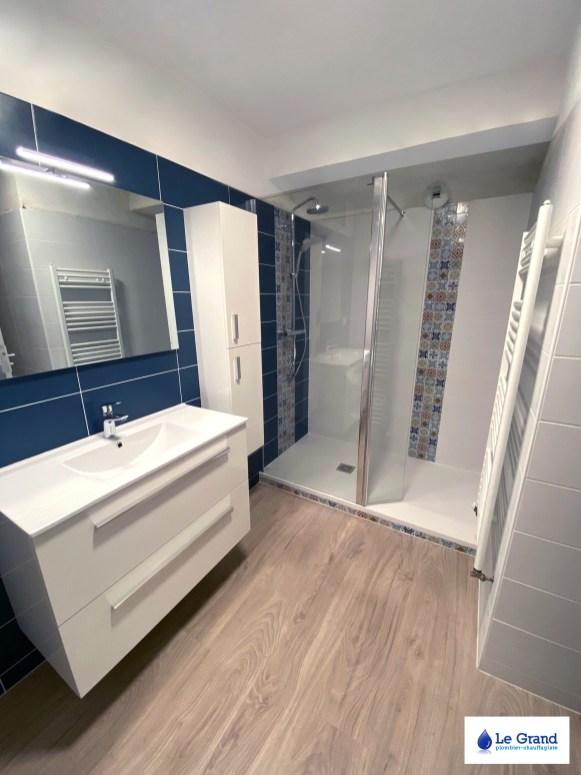 le-grand-salle-de-bains-rennes-bleu-et-bois-douche-italienne-mosaïque (2)