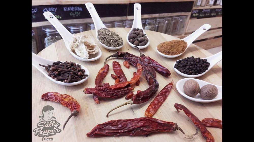 Especias para hacer el pollo jerk: chile, tomillo, pimienta de Jamaica, canela, nuez moscada, jengibre, clavo y pimienta negra