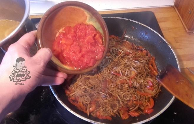 Incorporar el tomate troceado.