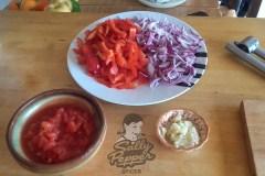Tomate, cebolla roja, pimiento rojo y ajo.