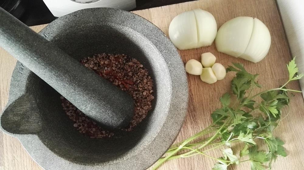 Sally Pepper-Spices-Tienda-Especias-salsas-chiles-Madrid-Receta-FALAFEL-mortero-ajo-cebolla-perejil fresco-1000 x 561