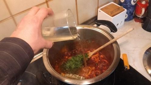 Agregar el vino blanco seco