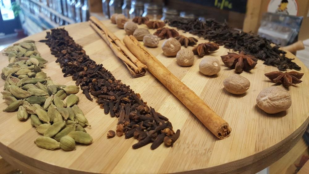 Especias para hacer Chai Masala Affogato de Sally Pepper Spices: Cardamomo, Clavo, Canela, Nuez Moscada, Anís Estrellado y Té Negro.