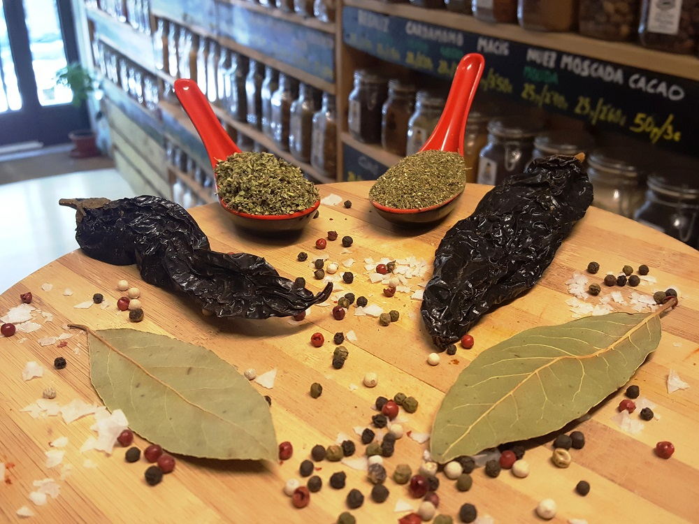 sally pepper-spices-tienda-especias-chiles-madrid-receta-sopa-azteca-tortilla-pasilla-epazote-oregano-laurel