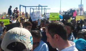 Con pancartas ciudadanos piden atención del gobernador Miguel Márquez