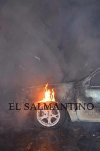 Corto circuito origina incendio en vehículo