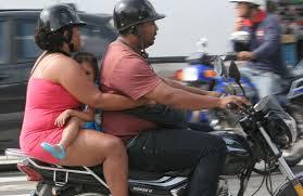LEGISLADORES BUSCAN PROHIBIR QUE NIÑOS SEAN TRASLADADOS EN MOTOS.