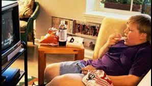 5 peligros de comer frente al televisor
