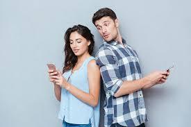 Uno de cada tres espía actividad 'online' de su pareja