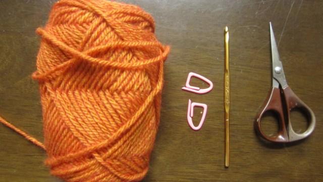 用意するもの、極太の糸、かぎ針7号、印に使うもの2つ、はさみ