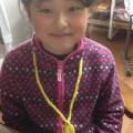 編みMの作品ヘヤーバンド、パッチンどめ、ネックレスを仕上げた○○ちゃん