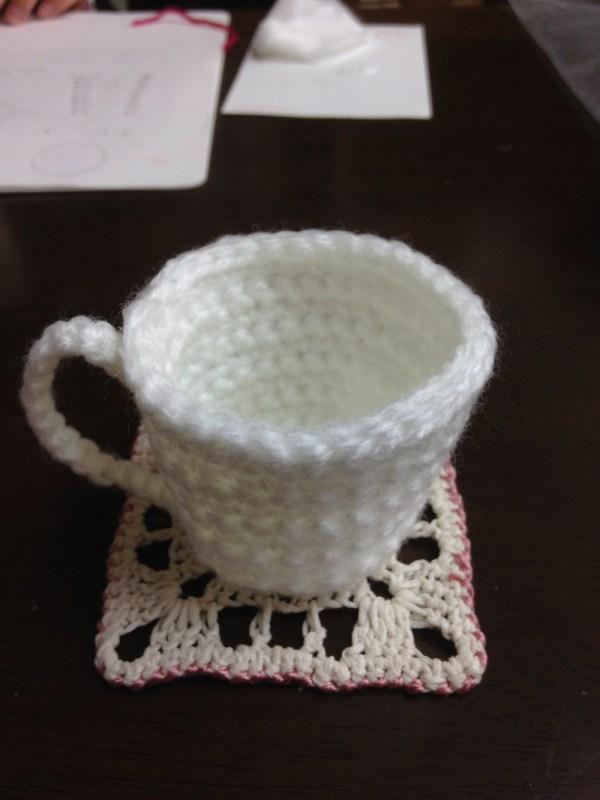 コーヒーカップを生徒さんが編みました。