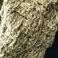 さんが麻糸と綿糸の引きそろえでバッグを編んでます。
