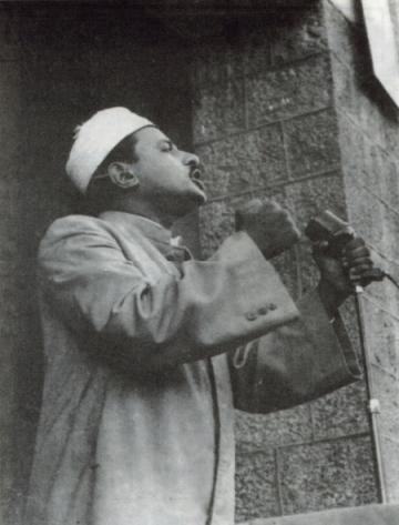 الزعيم محمد علي الجفري يلقي خطاباً سياسياً في جماهير شعب الجنوب عام 1954 م في منطقة الشيخ عثمان يطالب فيها الاستعمار أن يرحل