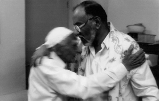 التواصل بين الأجيال: عبد الرحمن علي الجفري (الرئيس الحالي للحزب) يقبل جبين رشيد الحريري (أول أمين عام للرابطة) في مترل الأخير عدن 2008 م.