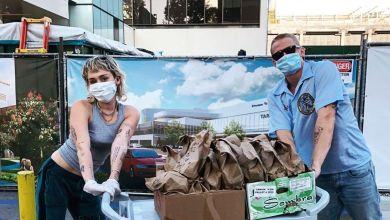 Photo of Miley Cyrus y Cody Simpson tuvieron un gran gesto con los profesionales de la salud de su ciudad