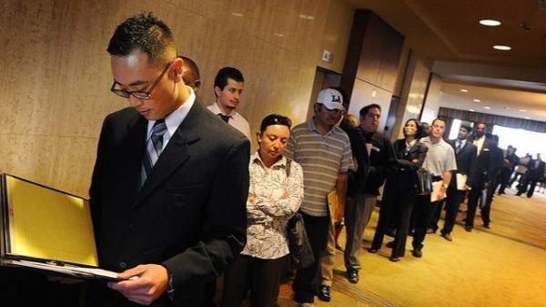 Millones de personas piden seguro de desempleo en Estados Unidos.