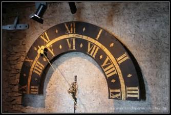 Reloj de maquinaria en las torres de la muralla Myussegg en Lucerna.