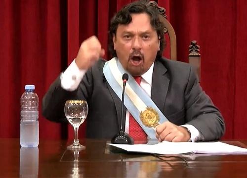 Superado por la emoción: Gobernador llora en su discurso oficial