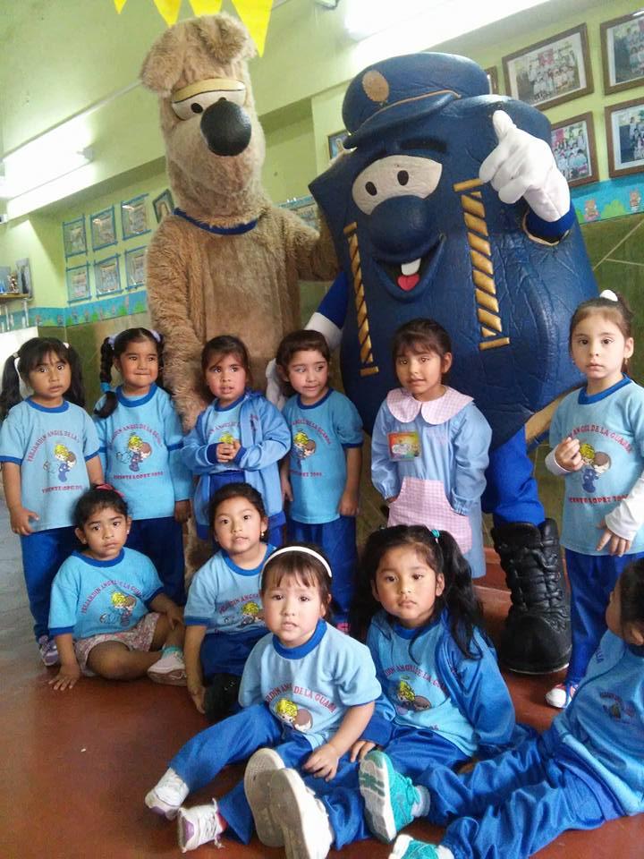 Sevi y Eduvi visitaron a los niños del pre-jardin Angel de la Guarda