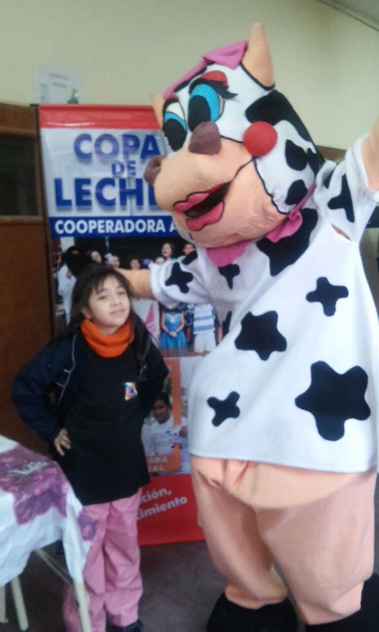 La vaca Nata festejó el cumpleaños de niños de la zona sudeste
