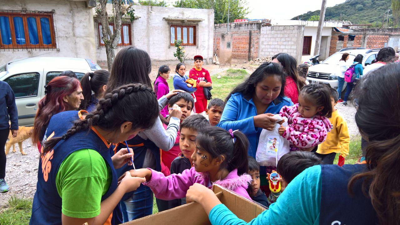 """Fundación """"Por Amor a la Gente"""" brindó un servicio social a vecinos de barrio Los Piletones"""