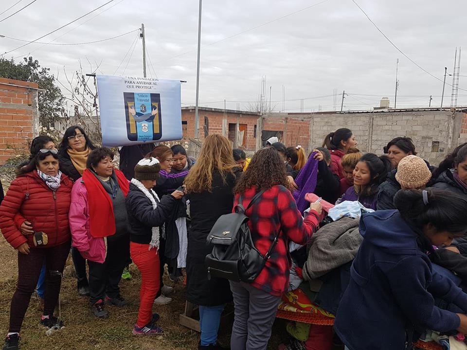 Voluntarios municipales y de organizaciones sociales recorren los barrios
