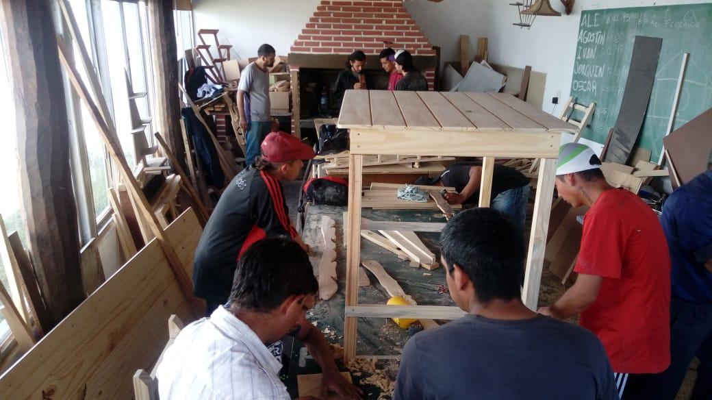 Jóvenes del Centro Barrial Padre Pepe Di Paola realizan talleres de carpinteria