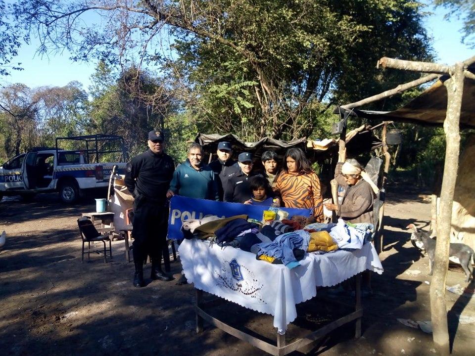 La Policia de Salta entregó donaciones a familias de Misión Sachapera, Tartagal