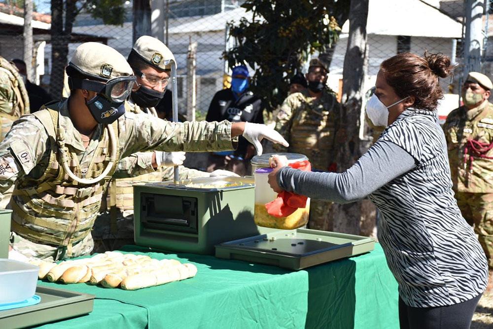 El Ejercito Argentino distribuyó locro en barrios salteños