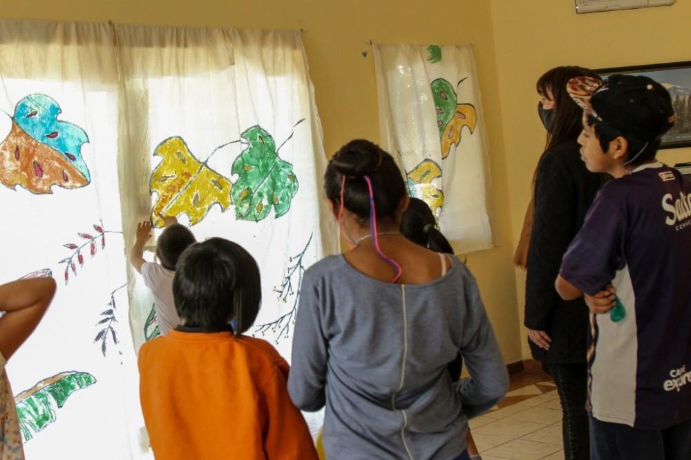 Chicos y chicas transforman su hogar a través del arte