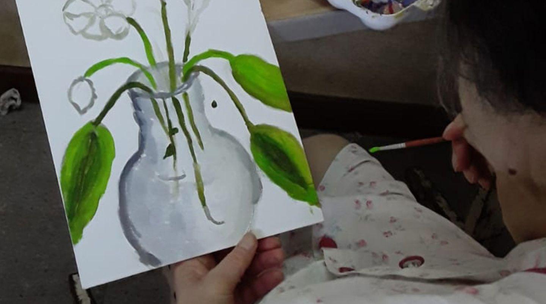 El arte que ayuda a sanar: una ONG da clases de pintura a personas internadas en Cuidados Paliativos