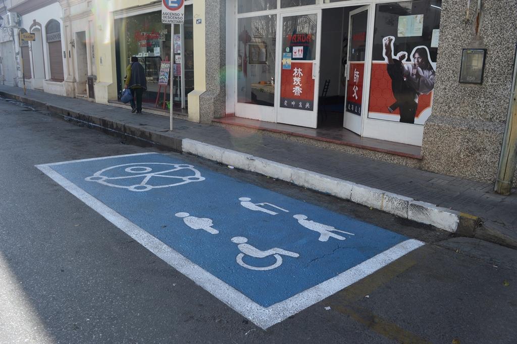 Nuevas dársenas de estacionamiento para personas con discapacidad