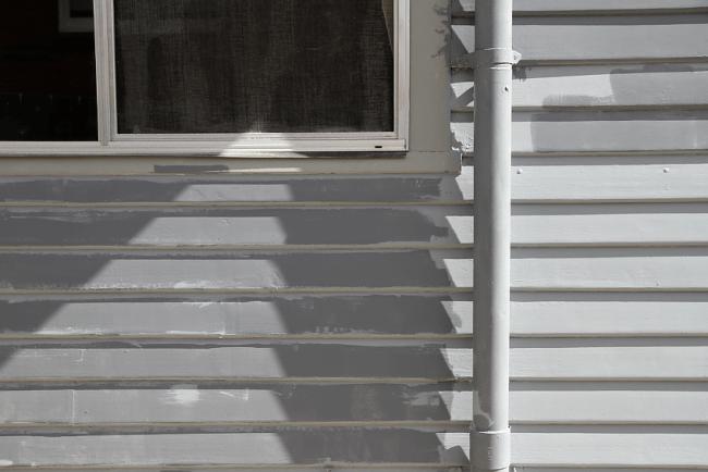 Painting dark weatherboards - primer | Saltbush Avenue