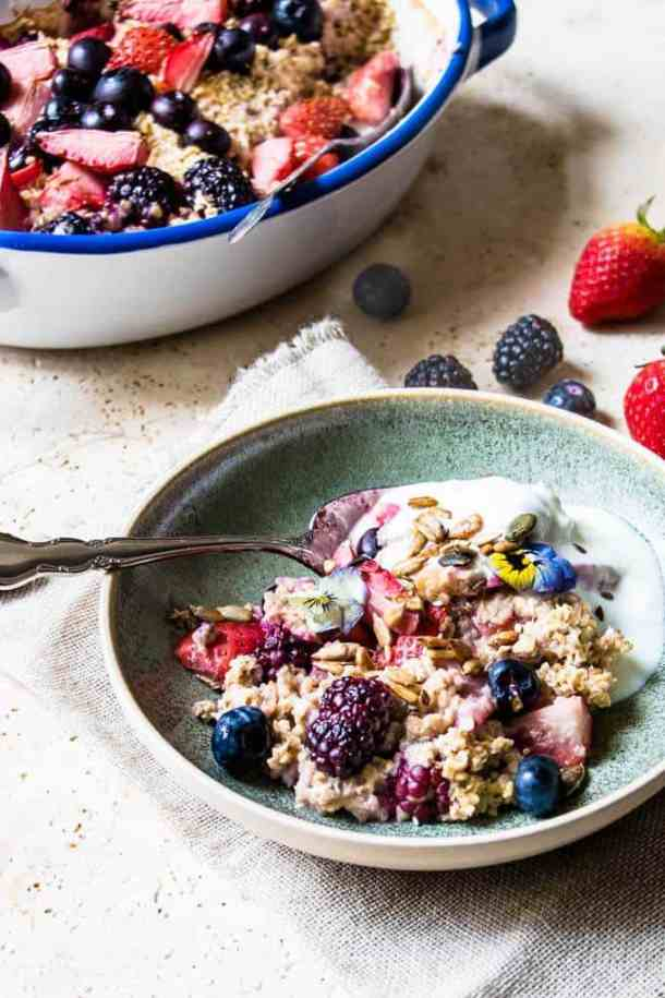 Very Berry Baked Oats. Weight watchers friendly breakfast or perfect for dessert. Super simple. No soaking required. Ready in 35 minutes. Sugar free.