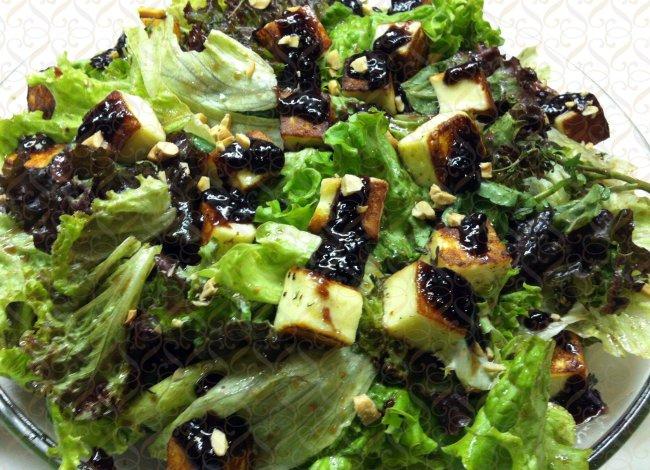 Mix de folhas com cubinhos de queijo coalho gratinados e vinagrete de amora