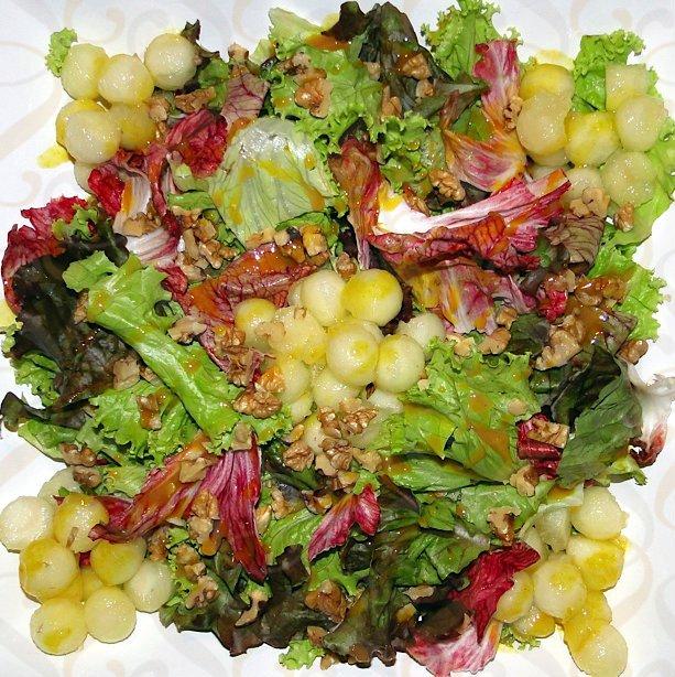Salada de folhas diversas, melão, nozes e molho de mostarda e mel