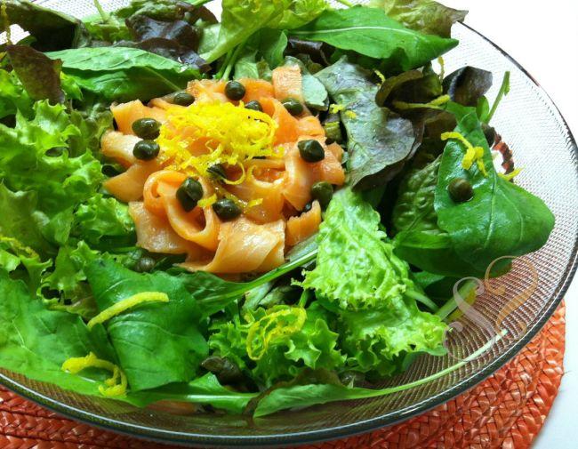 Mix de folhas, salmão defumado e alcaparras…