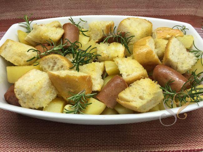 Linguiça, batata, pão italiano e alecrim no forno…