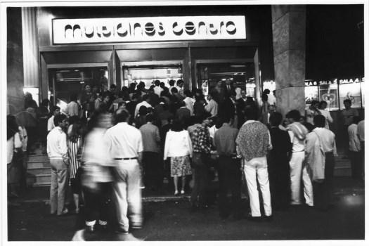 1983. La entrada al cine fue, en su época dorada, uno de sus emblemas. La gente se agolpaba en la puerta para conseguir una buena butaca en la sala.
