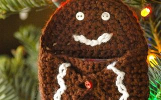 Find this cute and free christmas gift card holder pattern at SaltyPearlCrochet.com!