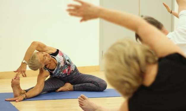 Yoga para adultos mayores: practicar yoga mantiene el cuerpo y la mente jóvenes, según un estudio
