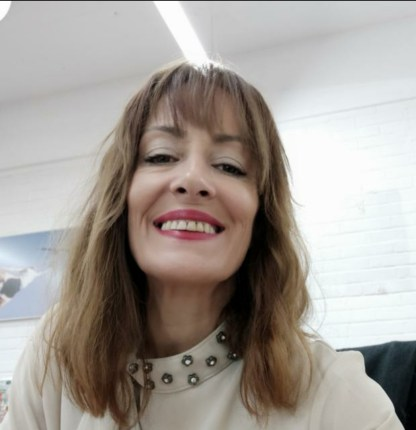 Foto de Yolanda Ordóñez, paciente con Fibromialgia y dolor crónico. Lleva melena rubia con flequillo y sonríe