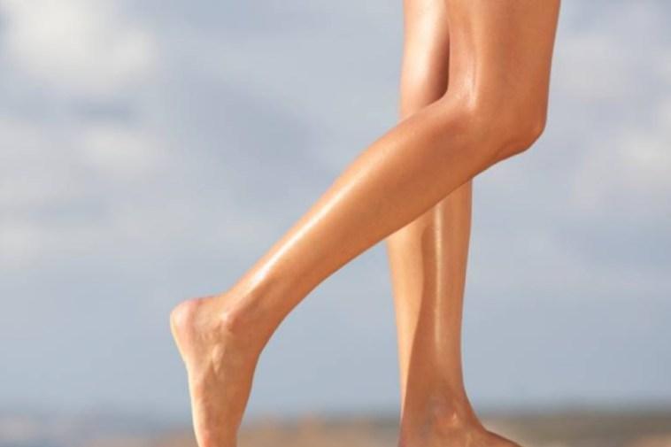 Cómo deshacerte de las manchas oscuras en las piernas rápidamente (13 formas fáciles)